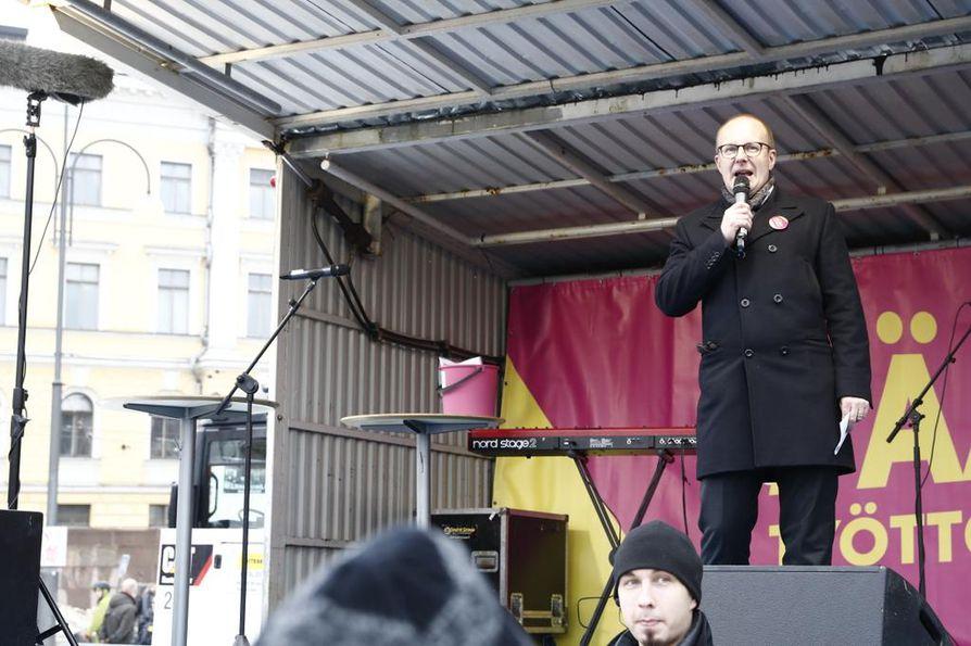 Jarkko Elorannan mukaan Senaatintorille on kerääntynyt tuhansia ihmisiä. Töistä on poissa toistasataa tuhatta.