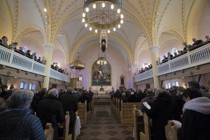 Irtiotot kirkosta laantuivat ja väki pakkautui kirkkoon joulun aikaan