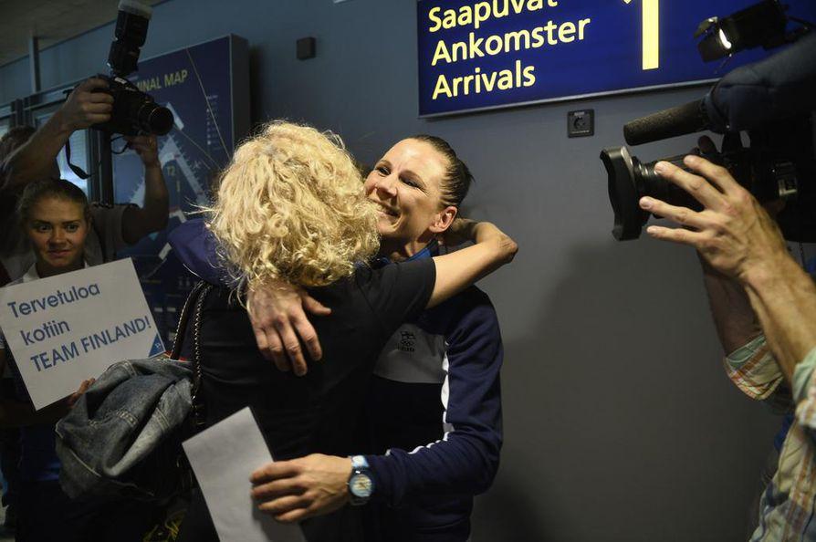 MIra Potkonen otettiin lentokentällä vastaan halauksin.