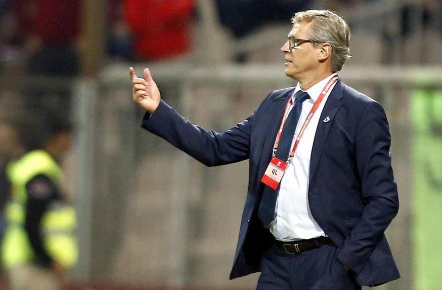Päävalmentaja Markku Kanervan lippalakki koki kovia ottelun päätteeksi.