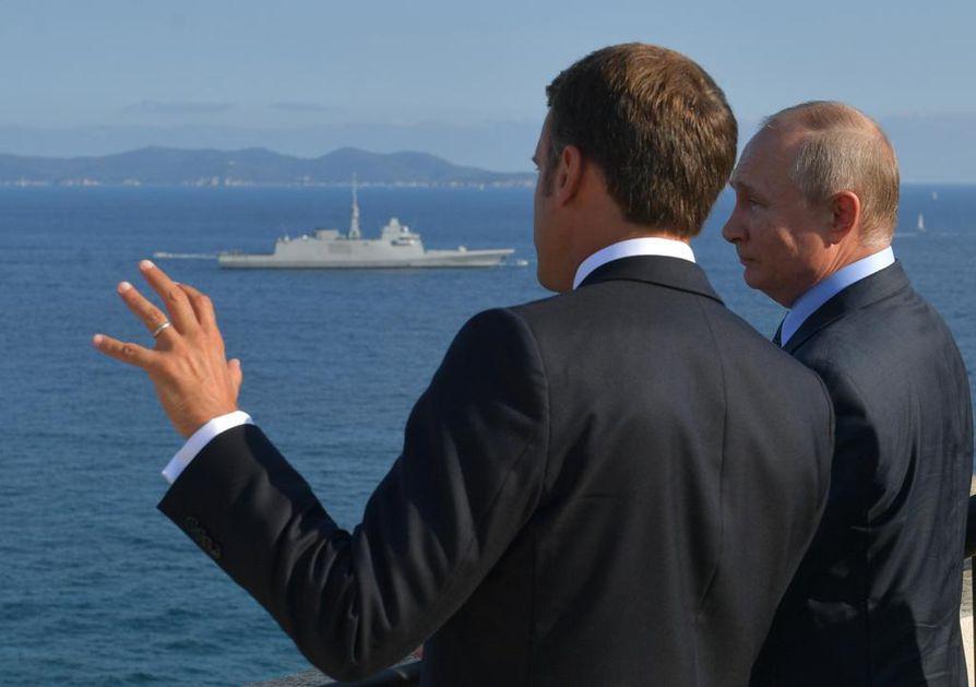 Presidentit Macron ja Putin katselivat Ranskassa Välimeren maisemia vanhasta linnoituksesta. Keskiviikkona Putinin ohjelmassa on illallinen Suomenlinnassa Helsingin edustalla presidentti Sauli Niinistön vieraana.