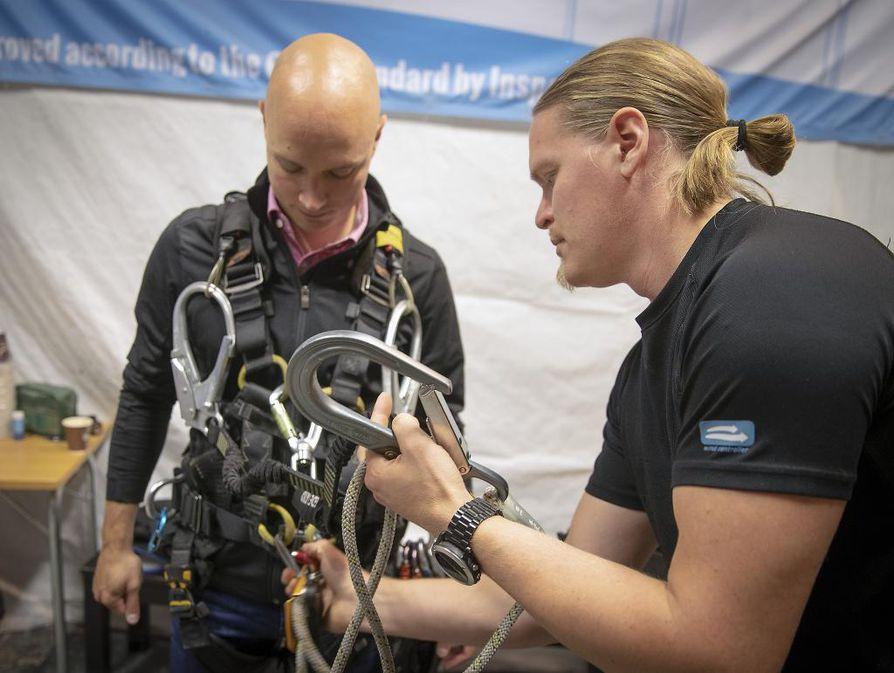 Wind Controllerin tj. Kari Koivikko (vas) päivittämässä osaamistaan korkean paikan työskentelyssä, opettajana Ville Seitamo.