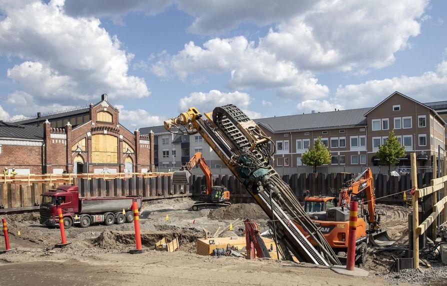 SRV:n aluejohtajan Juha Huhtasen mukaan betonityöt alkavat elokuun aikana. Nyt ankkuroidaan vielä kaivannon tukiseiniä.