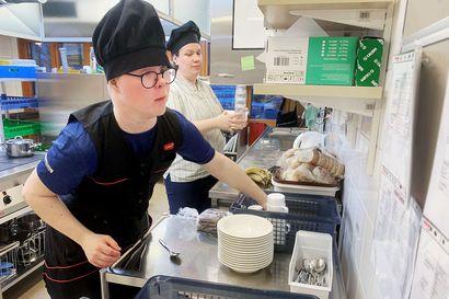 Joonas Alatalo pääsi keittiölle töihin – Päiväkodin keittiön aputöissä hyödynnetään palkkatukea Torniossa
