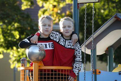 Jesse ja Jami Hietikko aloittivat koulun vuotta ikätovereitaan myöhemmin – Eskarin tuplaus voisi säästää lapset kiusaamiselta, mutta harva perhe käyttää mahdollisuutta