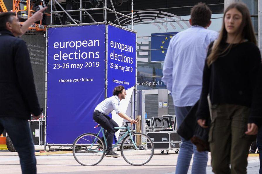 EU-vaalien alhaisen äänestysprosentin on tulkittu kertovan siitä, että EU-politiikka mielletään useimmissa jäsenmaissa ylätason asiaksi, joka ei kansalle kuulu tai joka ei kansaa kiinnosta.