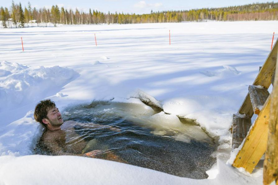 Akira Ataka vilvoittelee. Japanin uimavesien kerrotaan olevan kymmenisen astetta lämpimämpiä, joten nyt päästiin kuin vuoristorataan.