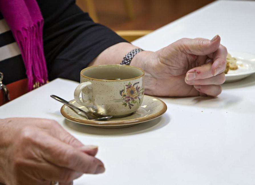 Seuraa vailla. Yksinäisyyden kokemus on yleistä yksinasuvilla ja paljon palveluita tarvitsevilla ikäihmisillä.