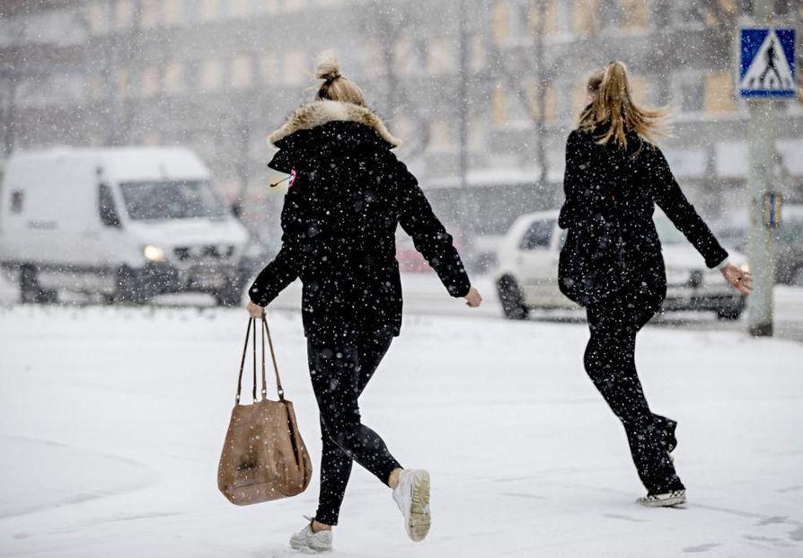 Takatalvi iski Pohjois-Pohjanmaalle ja Kainuuseen, kertoo Ilmatieteen laitos. Lämpötilahistoriaa tehtiin muun muassa Haapavedellä, jossa perjantain ylin lämpötila oli yhden asteen pakkasen puolella.