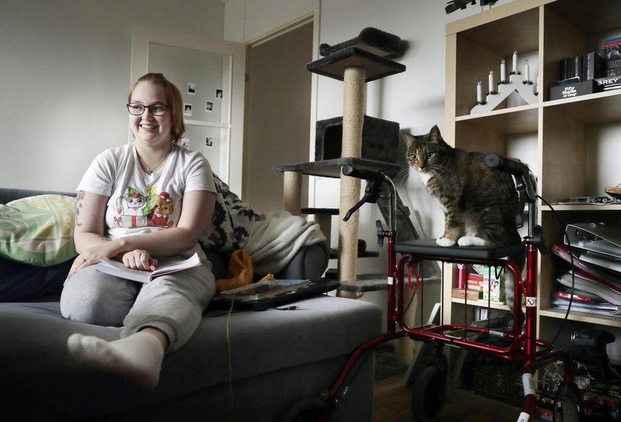 Julia Mattilan arkeen  tuovat vaihtelua käsitöiden tekeminen ja kissojen touhujen seuraaminen. Sylissään Mattila pitelee kirjaa, jonka sivuille hän on kirjoittanut muistettavia asioita. Rollaattorin on vallannut tällä kertaa Tilli.