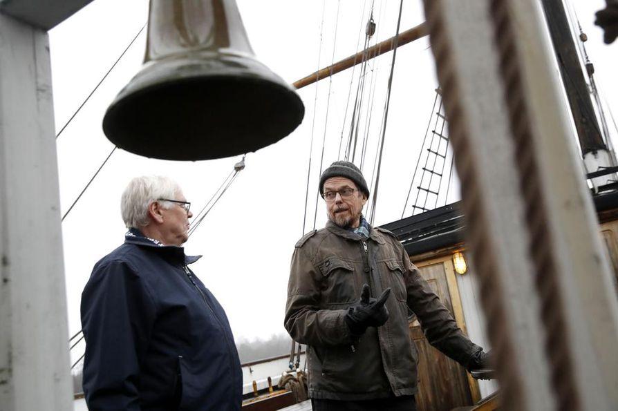 Kirjailija Tapio Koivukarin (oikealla) uusi romaani Pirtumiehet perustuu Jarmo Impolan isoisän tarinaan. Moni länsirannikon asukkaista sai kieltolain aikaan merkittävän osan toimeentulosta pirtukuljetuksista.