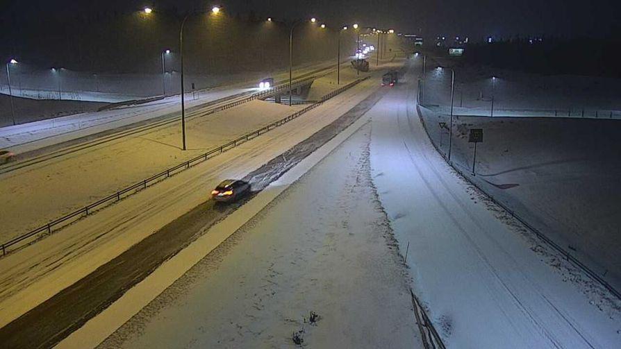 Oulun seudulla alkoi sataa lunta maanantaiaamuna. Kuva Pohjantieltä Kempeleestä.