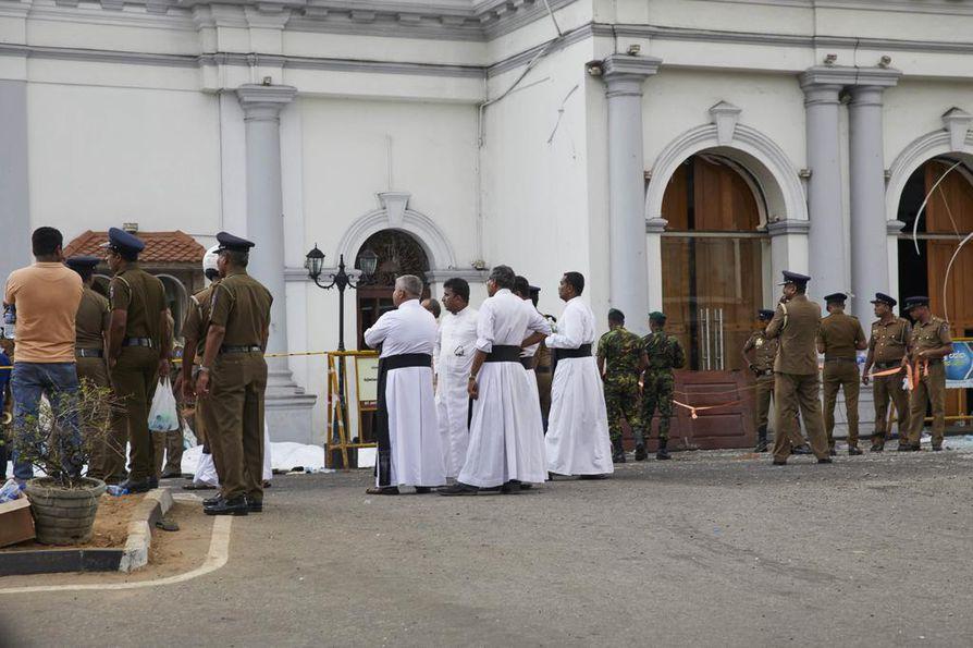 Uusi pommi räjähti Pyhän Anthonyn kirkon vieressä. Kirkko on yksi kohteista, johon iskettiin pommeilla sunnuntaina.