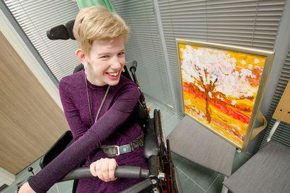 """Heini Peltomäki maalaa tauluja päällään – """"Vaikka käteni ja jalkani eivät toimi, minulla on sellainen taito, jota ei kaikilla ole"""""""