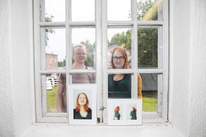 Pikisaareen muotoutunut, yhteisnäyttelyssä esittäytyvä taiteilijayhteisö elää välitilassa, kun OSAOn tilojen kohtalon on vielä auki