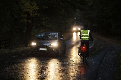 Takavalo on nykyään pakollinen pyörän varuste pimeällä tai hämärässä – Liikenneturva suosittelee yhtäjaksoisesti palavaa polkupyörän valoa