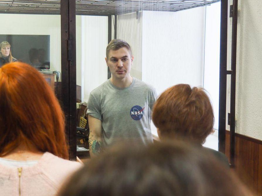 Nuori venäläismies Dmitri Ptselintseva saa keskustella lyhyesti lasikopin toisella puolella olevien sukulaistensa kanssa oikeudenkäynnin tauolla Penzassa. Ptselintseva kuuluu aktivistiryhmään, jota syytetään terroriteon ja vallankaappauksen valmistelusta.