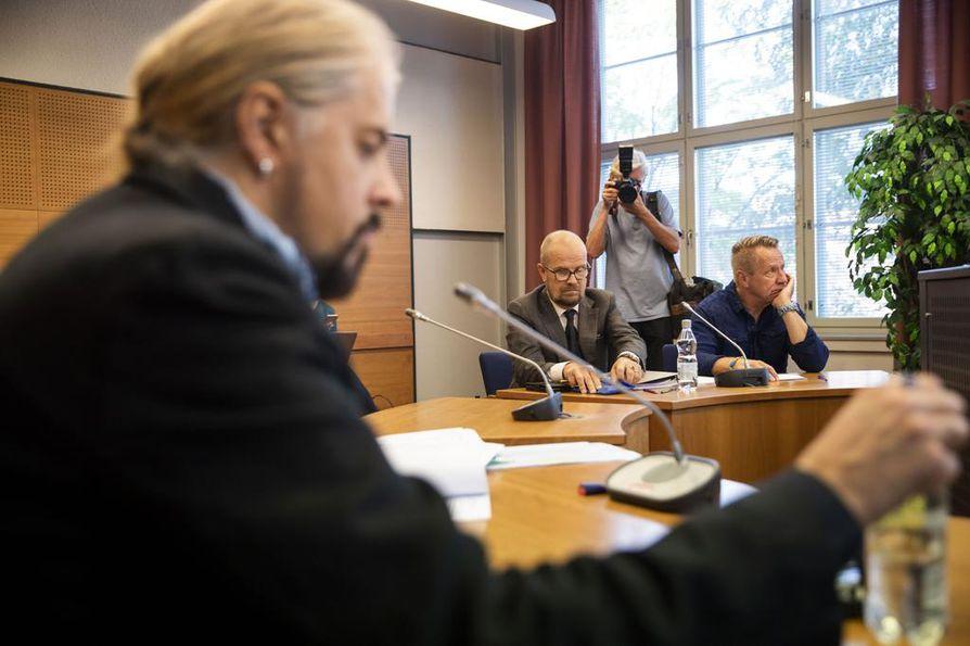 """Yö-yhtyeen entinen basisti Jukka """"Jay"""" Lewis (vast.) haastoi Olli Lindholmin oikeuteen. Juttua puitiin Pirkanmaan käräjäoikeudessa elokuussa 2018."""