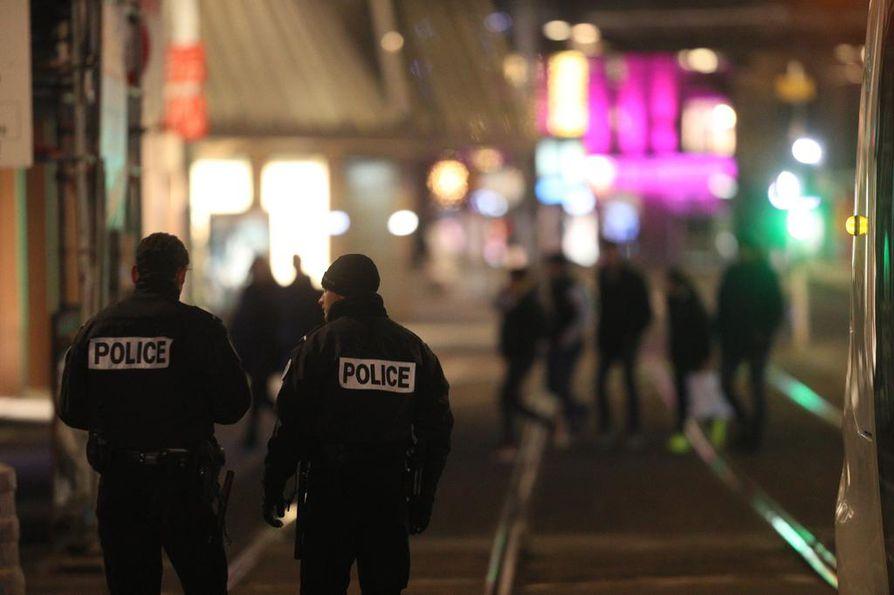 Poliisit seisoivat tiistai-iltana lähellä ammuskelun tapahtumapaikkaa.