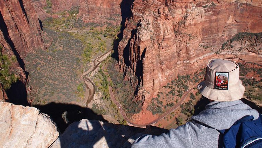 Angels Landingin huipulta on yli 400 metrin pystysuora pudotus Virgin-joen uurtamaan kanjoniin, joten paikka ei sovellu korkean paikan kammoisille. Esko Jussila ihailee kanjonimaisemaa.