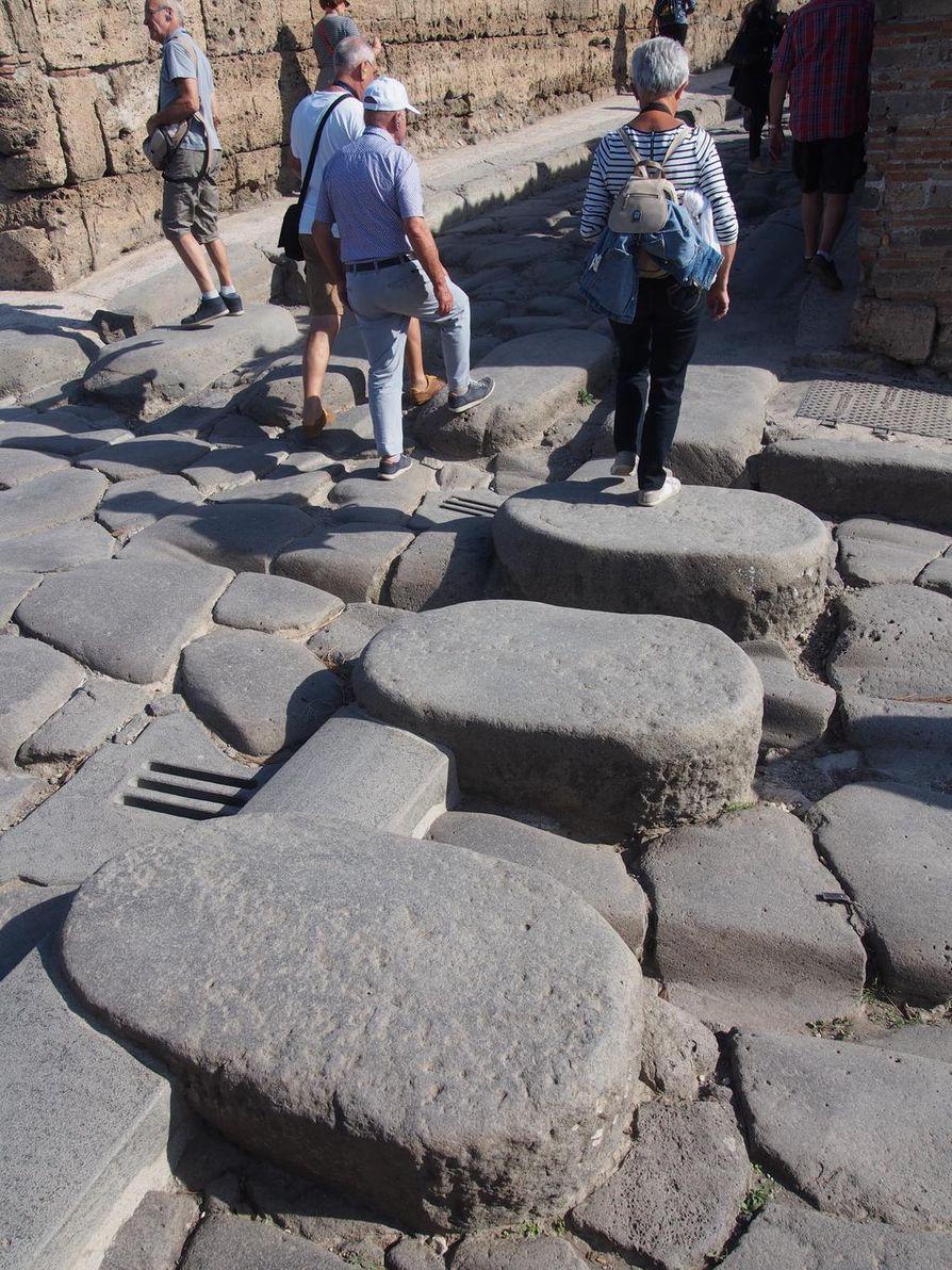 Pompejin kadut ylitetään yhä muinaisia astinkiviä eli aikansa suojateitä pitkin. Kivet on aseteltu niin, että kärryt mahtuivat ajamaan niiden välistä. Monissa kohdissa vanhat kärryuratkin ovat näkyvissä.