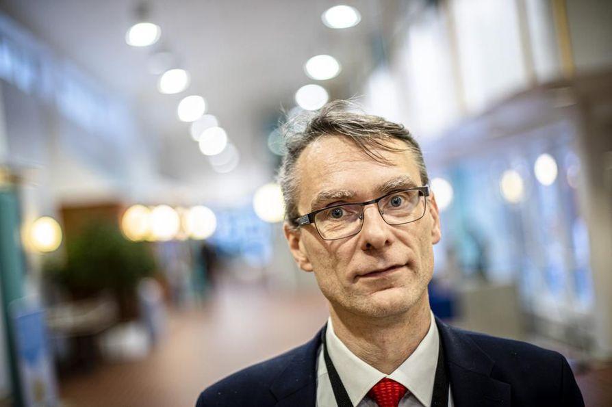 Oikeuskansleri Tuomas Pöysti kävi lokakuussa läpi laajasti eri toimintalinjojen etuja ja ongelmia, kun hän vastasi suomalaisten kanteluihin al-Holin leirin lapsista ja naisista.
