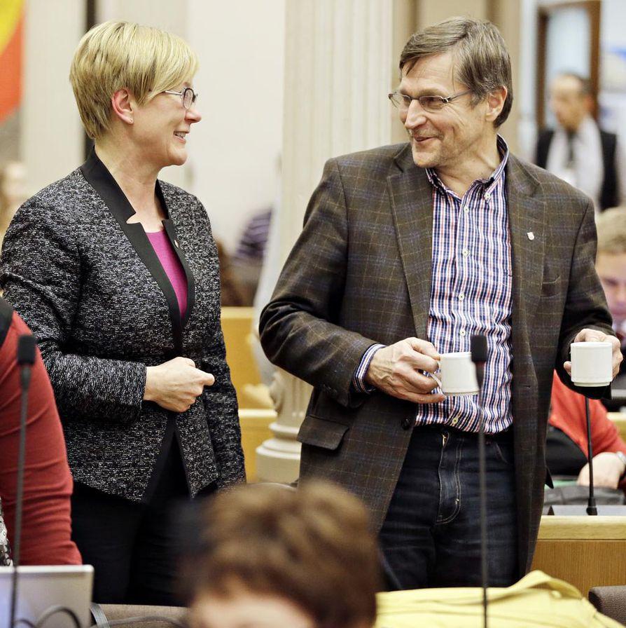 Jukka Kolmonen vetää neuvotteluja luottamuspaikkojen jaosta Oulussa. Arkistokuvassa hän keskustelee apulaiskaupunginjohtajana toimineen Sinikka Salon kanssa.