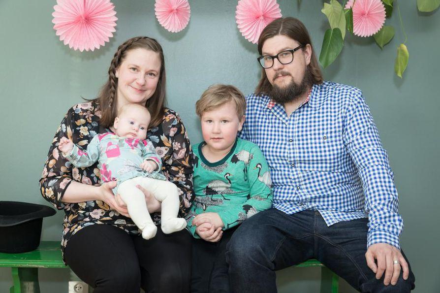 Oululaiset Sini ja Markus Virtanen viettivät vastikään perheen pienimmän Silvia Aleksandran nimiäisiä. Myös Virtasten Kaarlo-pojalle järjestettiin nimenantojuhlat.