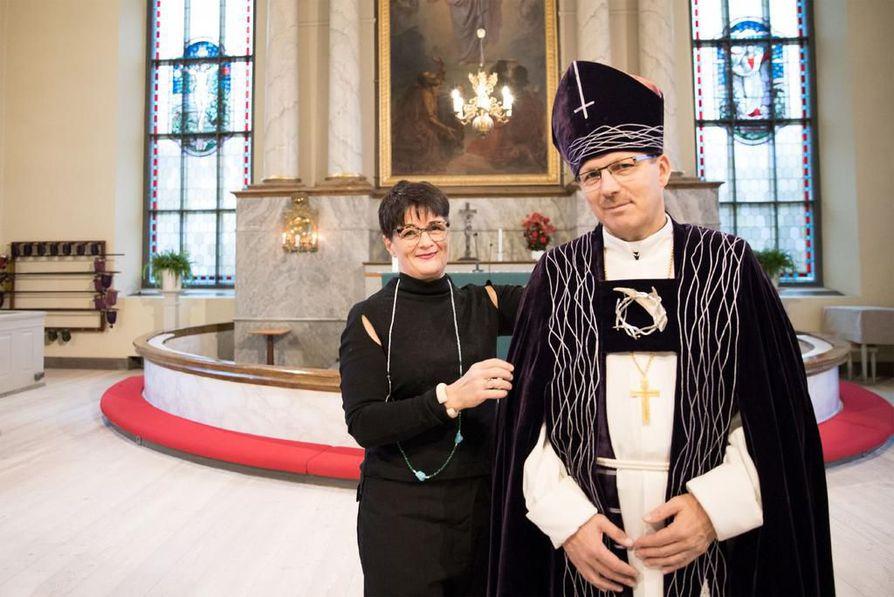 Oulun piispan Jukka Keskitalon piispanvaatteet on suunnitellut taiteilija Moosa Myllykangas.