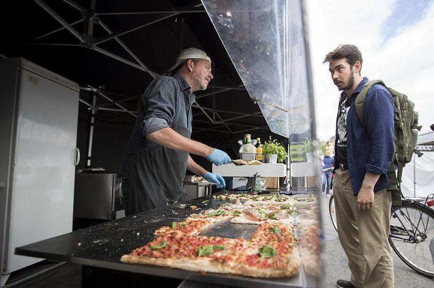 Italilaista neliönmuotoista pitsaa myyvä Bruno Marroni haluaa tarjota suomalaisille pitsaa, joka maistuu samalta kuin Napolissa. Veli-Matti Ural pysähtyi syömään kojulle Oulun torilla perjantaina.