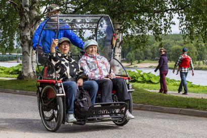 95-vuotias Tilma Kangas käy päivittäin lenkillä, mutta synttäriajelulle hän pääsi riksalla –  rollaattori joutaa pölyyntymään autotallissa