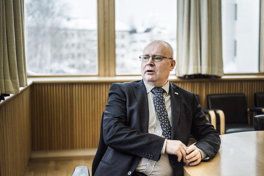 Työministeri Jari Lindström (sin.) sanoo, että jos ovet avattaisiin EU:n ulkopuolelta tulevalle työvoimalle, halpatyö ja harmaat työmarkkinat lisääntyisivät