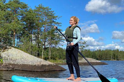 Edullinen ruskaretki järvimaisemiin – SUP-lautailla voi myös syksyllä
