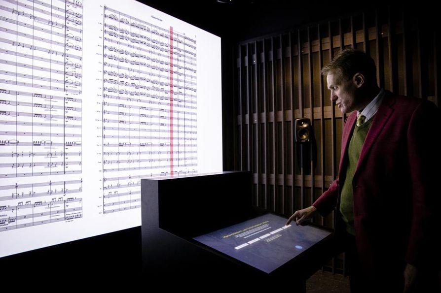 Musiikkimuseon sisältöjohtaja Jere Jäppinen esittelee huonetta, jossa voi kokea orkesterin soiton kapellimestarin silmin ja korvin.