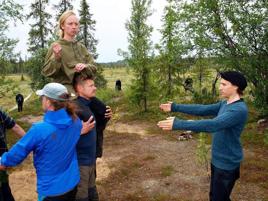 Krikan Sammua esittävä Anna Kuusamo kalastaa Ruijanmerellä Operaatio Paulaharjun Vantus meren rannalla -näytelmässä. Äänimaailma syntyy syrjäiseen suoniemeen ryhmäläisten tuodessa mukaan tuulen, aallot ja merilinnut.