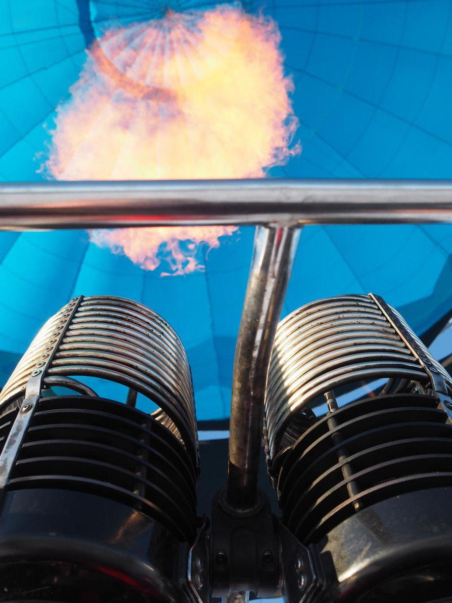Kuumailmapallo nousee, kun sen sisällä olevaa ilmaa lämmitetään propaanikaasua polttamalla.