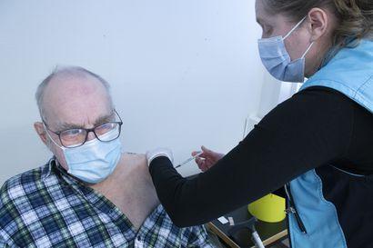 Koronarokotuspäivää oli odotettu – rokotukset hoituvat sujuvasti rokotustiimin yhteistyöllä