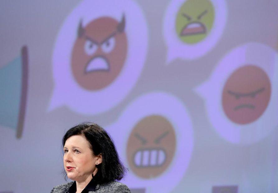 EU:n oikeuskomissaari Vera Jourová kiitteli helmikuun alussa, että muun muassa Facebook, Google ja Twitter pystyvät taistelemaan vihapuhetta vastaan entistä paremmin. Jourová kuitenkin sanoi, että komissio jatkaa yhtiöiden toimien tarkkailua.