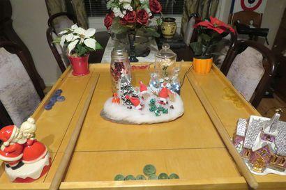Kohti joulua -kuvakilpailun satoa: Koronapeli koristaa pöytää koronajouluna