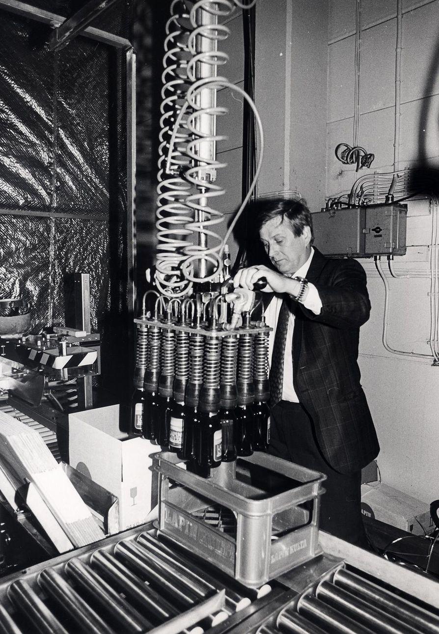 Lapin Kullan panimomestari Leo Andelin varmisti oluen laatua. Andelin ehti työskennellä Lapin Kullalla 37 vuotta.