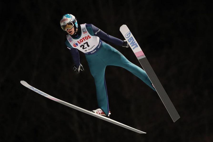 Suomen Eetu Nousiaisen hyppy kantoi Wislan HS134-mäessä 111,5 metriä oikeuttaen paikkaan mäkihypyn maailmancupin kauden avauskilpailussa.