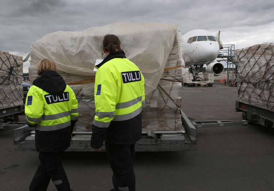 Tulli ei varastoi paketteja. Kuvassa Tullin toimintaa lentokentällä.