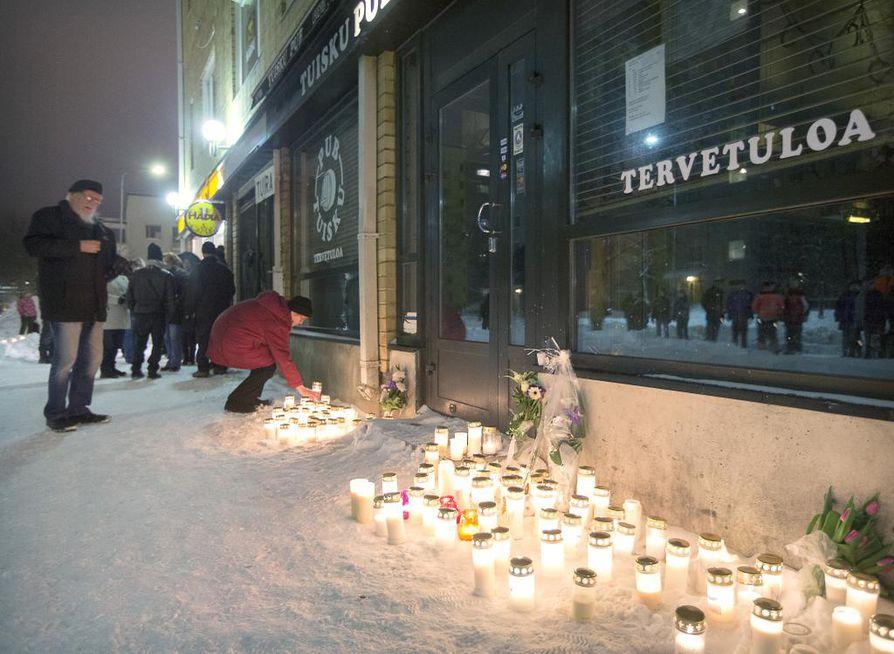 Tuisku Pubin edustalle tuotiin kynttilöitä surmattujen muistolle.
