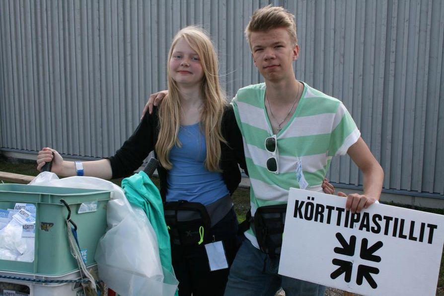 """Lohjalainen Ester Haverinen ja kaarinalainen Tuomas Kvist myyvät perinteisiä körttipastilleja perjantaina. """"Kauppa on käynyt heti ensimmäisenä päivänä hyvin"""", Kvist kertoo."""