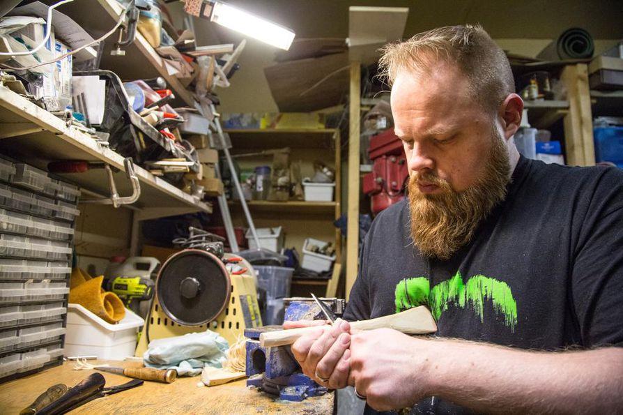 Harri Lundgren on tehnyt itse parisataa puukkoa. Hän uskoo, että puukäsitöistä ja vuolusta on tulossa taas trendi.