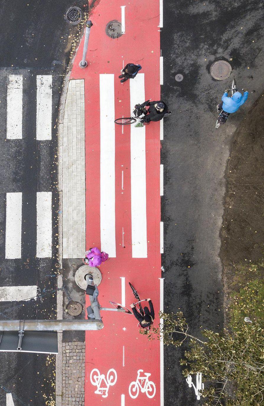 Jalankulkijoille ajateltu kaistale autojen ajoradan ja pyöräväylän välissä on hyvin kapea.