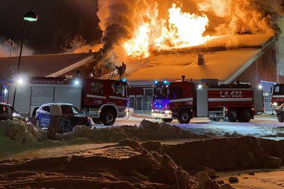 Levin rinneyhtiön huoltohallissa syttyi raju tulipalo – alueelle annettiin vaaratiedote, pakkanen vaikeutti sammutustöitä