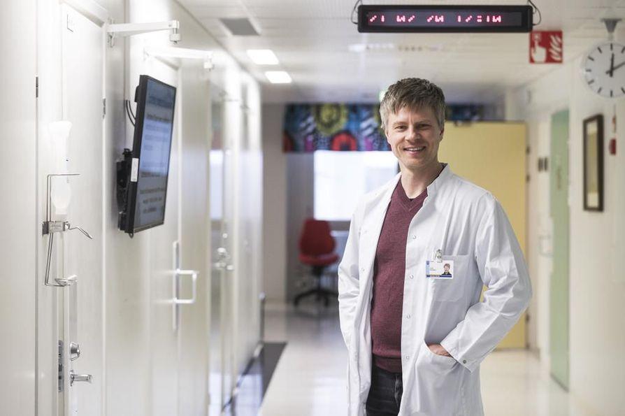 OYSin syöpätautien erikoislääkäri Jussi Koivunen muistuttaa, että keuhkosyövän seulonta pitäisi pystyä kohdentamaan nimenomaan tupakoitsijoihin.