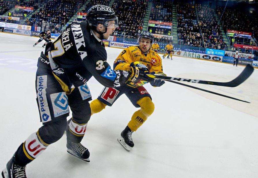 Aleksi Mäkelä (vas.) loukkaantui ottelussa Lukkoa vastaan. Arkistokuva.