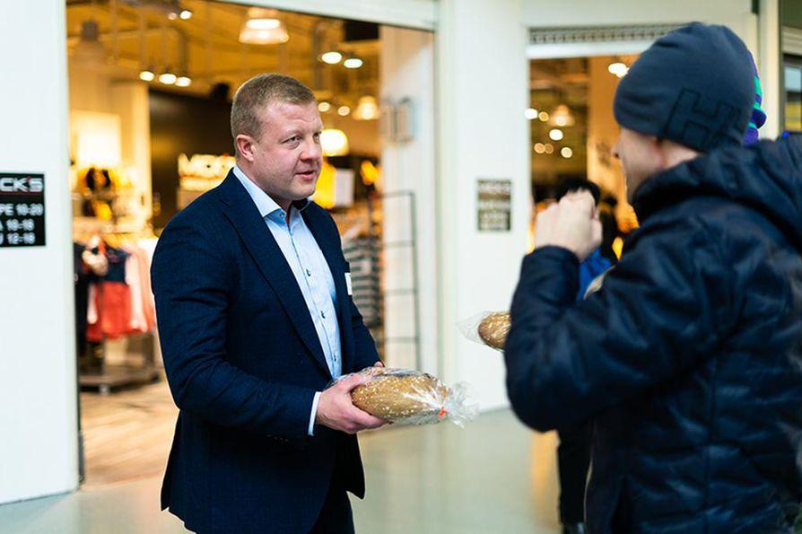 Kansanedustajaehdokkaat jakoivat leipää ostoskeskus Zeppeliinissä. Kuvassa Miika Sutinen.